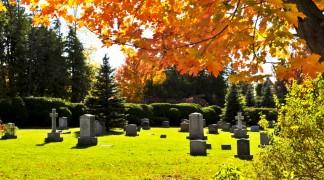 Erdbestattung auf einem Friedhof